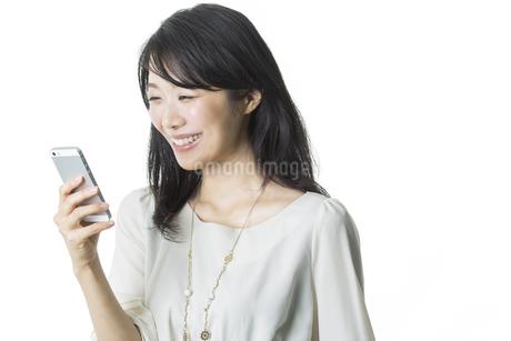 スマートフォンを見る女性の写真素材 [FYI01733016]