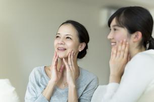 母親と娘の美容イメージの写真素材 [FYI01733036]