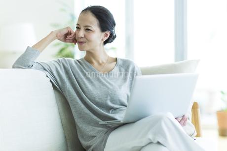 笑顔の女性の写真素材 [FYI01733041]
