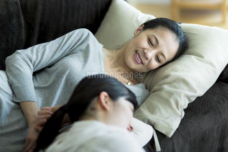 ソファーでくつろぐ母親と娘の写真素材 [FYI01733044]