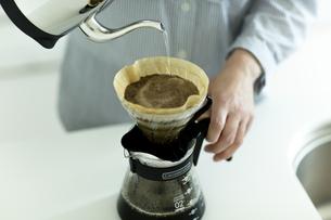 コーヒーを入れる女性の写真素材 [FYI01733075]