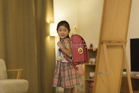 ランドセルを背負って鏡を見る女の子の写真素材 [FYI01733078]