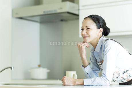 頬杖をついて微笑む女性の写真素材 [FYI01733091]