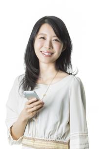 スマートフォンを持つ女性の写真素材 [FYI01733096]
