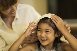 母親に髪を拭いてもらう女の子の写真素材 [FYI01733097]