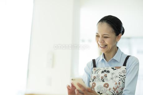 スマートフォンを見る女性の写真素材 [FYI01733104]