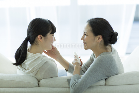 母親と娘の美容イメージの写真素材 [FYI01733117]