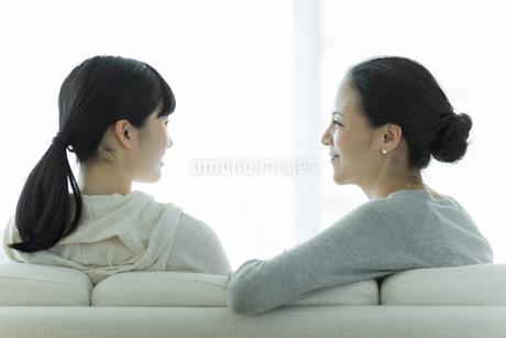 ソファーに座る母親と娘の写真素材 [FYI01733121]