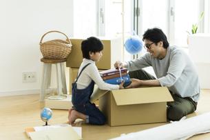 引越しの作業をする親子の写真素材 [FYI01733128]