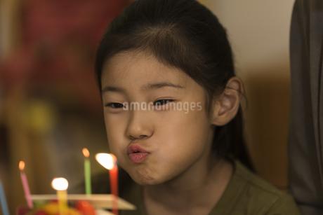 ロウソクの火を吹き消す女の子の写真素材 [FYI01733141]
