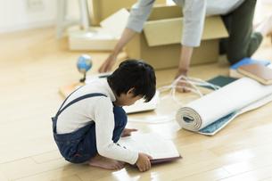 引越しの作業をする親子の写真素材 [FYI01733146]