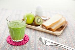 グリーンスムージーと朝食セットの写真素材 [FYI01733151]