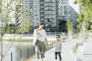 手をつないで歩く親子の写真素材 [FYI01733152]