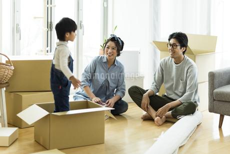 引越しの作業をする家族の写真素材 [FYI01733161]