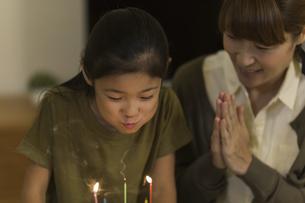 ロウソクの火を吹き消す女の子の写真素材 [FYI01733163]