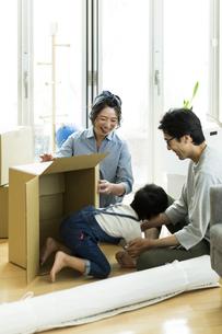 引越しの作業をする家族の写真素材 [FYI01733167]