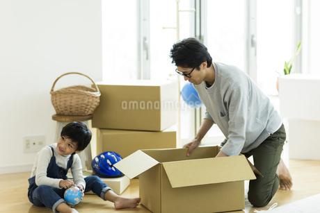 引越しの作業をする親子の写真素材 [FYI01733168]