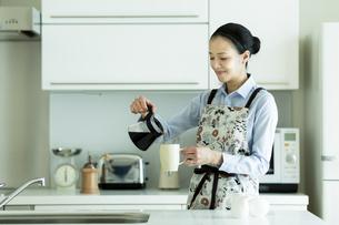 コーヒーを入れる女性の写真素材 [FYI01733174]