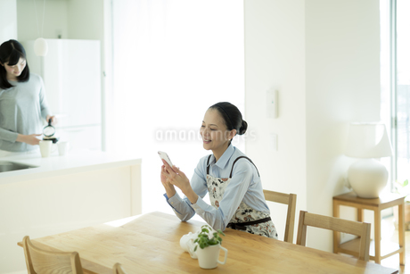スマートフォンを見る母親の写真素材 [FYI01733175]