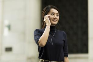 スマートフォンで通話をするビジネスウーマンの写真素材 [FYI01733176]