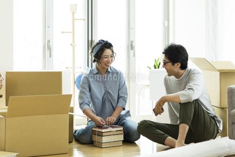引越しの作業をする男女の写真素材 [FYI01733177]