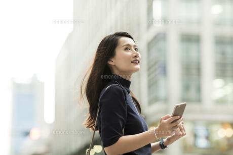 スマートフォンを持つ若い女性の写真素材 [FYI01733183]
