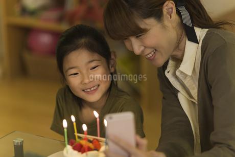 スマートフォンで写真を撮る親子の写真素材 [FYI01733185]