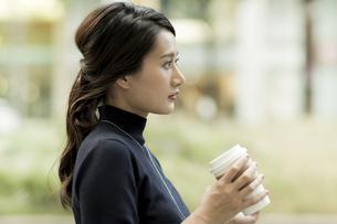 コーヒーを持つビジネスウーマンの写真素材 [FYI01733188]