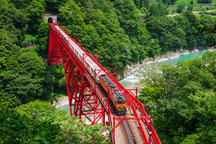 新山彦橋を行く黒部峡谷鉄道の写真素材 [FYI01733191]