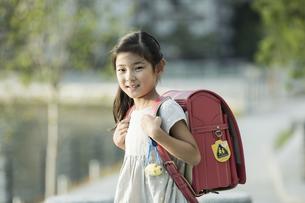 ランドセルを背負う女の子の写真素材 [FYI01733192]