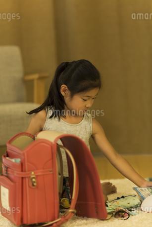 ランドセルに文房具を入れる女の子の写真素材 [FYI01733201]