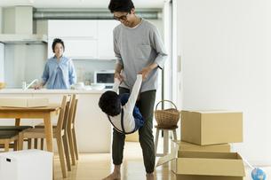 引越しの作業中に遊ぶ親子の写真素材 [FYI01733202]