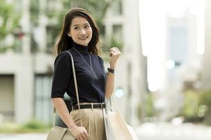 ショッピングバッグを持つ若い女性の写真素材 [FYI01733207]