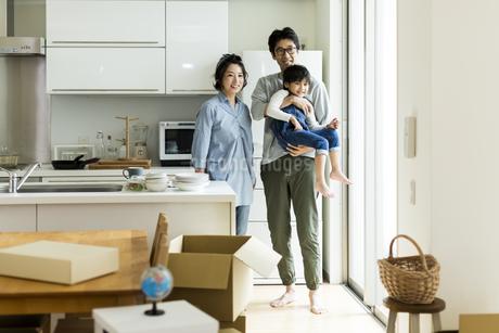 引越しをする家族の写真素材 [FYI01733214]