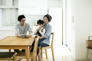 家族団らんの写真素材 [FYI01733216]