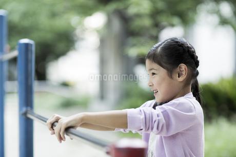 鉄棒で遊ぶ女の子の写真素材 [FYI01733218]