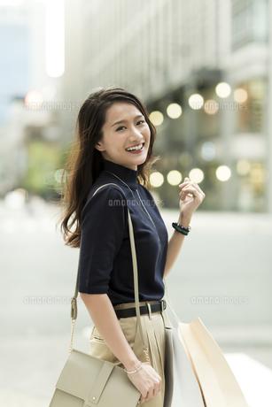 ショッピングバッグを持つ若い女性の写真素材 [FYI01733222]