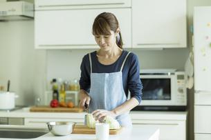 キッチンで調理をする女性の写真素材 [FYI01733232]