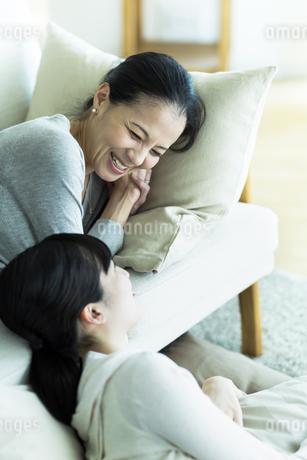 ソファーでくつろぐ母親と娘の写真素材 [FYI01733234]