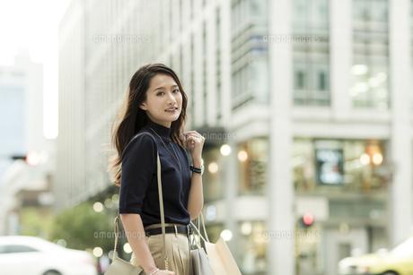 ショッピングバッグを持つ若い女性の写真素材 [FYI01733235]