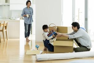 引越しの作業をする家族の写真素材 [FYI01733243]