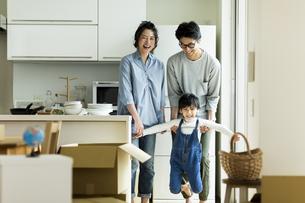 引越しをする家族の写真素材 [FYI01733245]