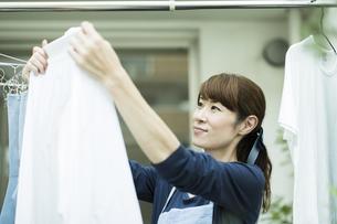 洗濯物を干す女性の写真素材 [FYI01733251]