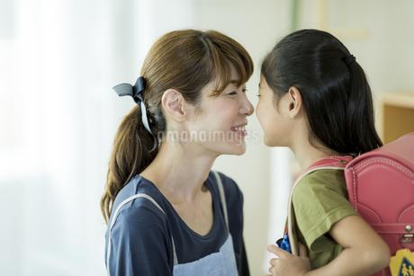 笑顔で向き合う親子の写真素材 [FYI01733255]