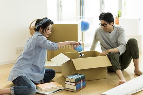 引越しの作業をする男女の写真素材 [FYI01733256]