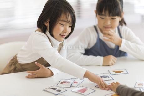 教室で授業を楽しむ子供たちの写真素材 [FYI01733257]