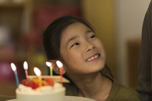 誕生日ケーキを喜ぶ女の子の写真素材 [FYI01733258]