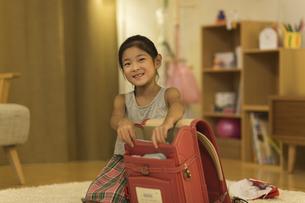 ランドセルに荷物を入れる女の子の写真素材 [FYI01733262]