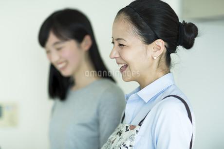 キッチンで料理をする母親と娘の写真素材 [FYI01733264]