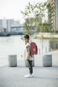 ランドセルを背負う女の子の写真素材 [FYI01733265]